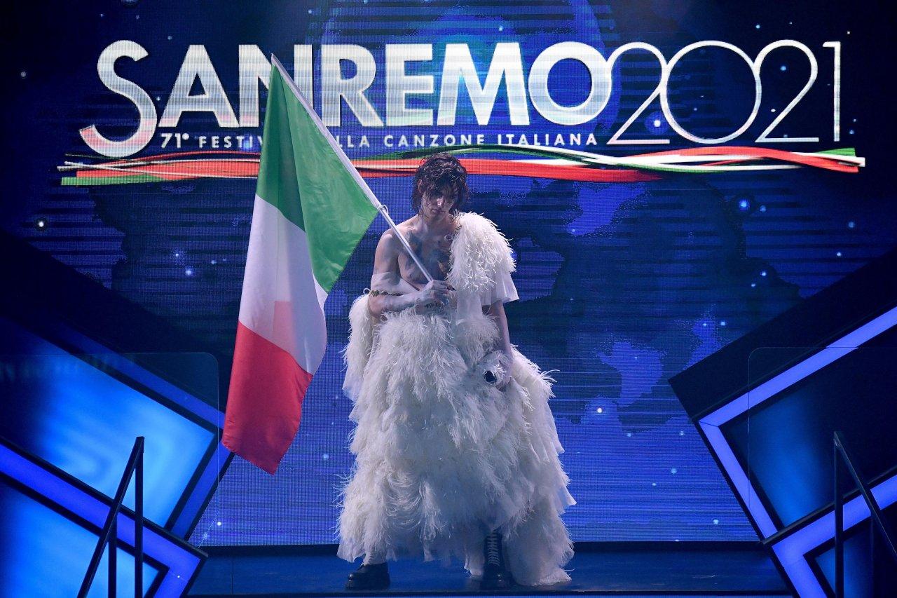 Sanremo 2021: abiti da sposa e paillettes, i look che fanno discutere.